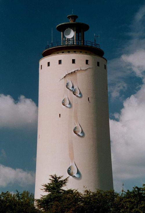 De watertoren van Oostburg, met het beeldbepalende kunstwerk De Levensbron van kunstenaar Johnny Beerens